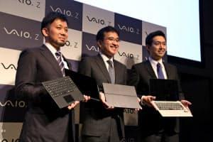 VAIOの新型パソコン「バイオZ」発表会に臨む関取高行社長(中央)ら(16日、東京・渋谷)