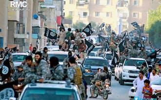 シリア北部ラッカでパレードする過激派「イスラム国」のメンバー=AP
