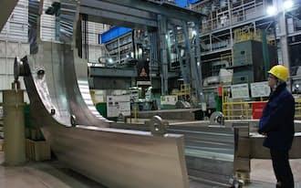 熱核融合実験炉で使う磁場コイルは完成時に長さ14メートルにもなる(三菱重工業の神戸造船所)