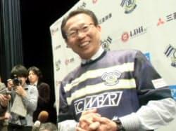 FC今治の新体制発表記者会見で報道陣の質問に答える岡田武史氏