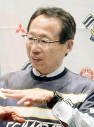サッカー四国リーグのFC今治の新体制発表会で、チームの目標について話す岡田武史オーナー(23日、愛媛県今治市)=共同