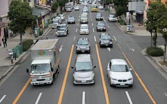 最大5車線が南向き一方通行の松屋町筋(大阪市中央区の中央大通との交差点付近)