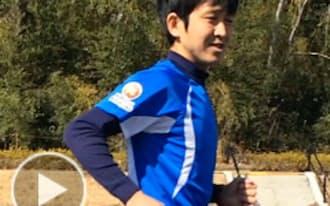 正しい腕振りを説明する斉藤太郎さん
