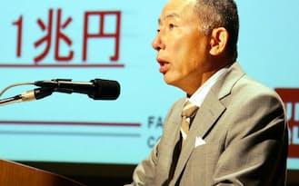 ファーストリテイリングの柳井会長兼社長は常に高い目標を掲げて走ってきた(2005年の記者会見)