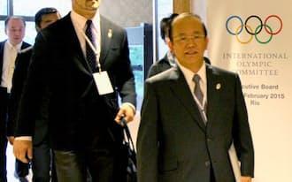 東京五輪の準備状況報告のため、IOC理事会の会場に入る2020年東京五輪組織委の武藤敏郎事務総長(右)と室伏広治スポーツディレクターら(27日、リオデジャネイロ)=共同