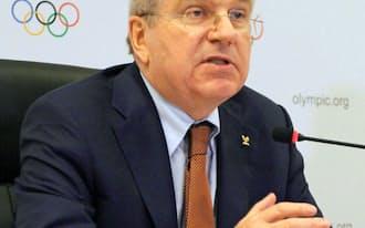 IOCの理事会終了後、記者会見するバッハ会長(2月28日、リオデジャネイロ)=共同