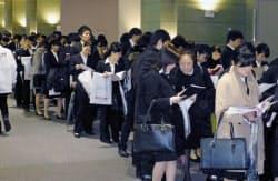 大阪市で開かれた合同会社説明会に並ぶ学生(1日)=共同