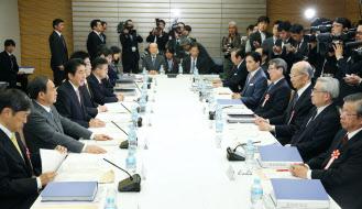 2月25日、「21世紀構想懇談会」の初会合であいさつする安倍首相。