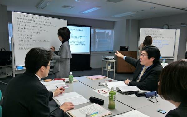 シニア社員の活性化策を議論する企業の人事担当者(東京都新宿区、中央職業能力開発協会の人事担当者セミナー)