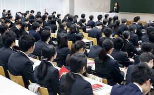 企業説明会に参加する就活生(1日、東京都千代田区の法政大学)