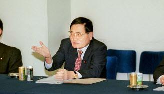 自民党政調会長時代の亀井氏(中央)(2000年、東京・永田町)