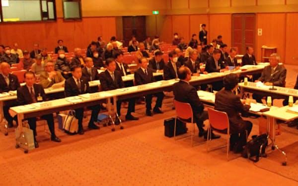 住民が見守なかで開かれた千葉県富津市の経営改革会議(1月、富津市役所)