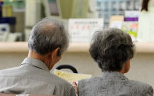 国民全員で加入し保険料を払う公的医療保険。職業や年齢によって保険の種類や負担割合が異なる