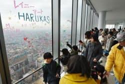 全面開業1周年を迎えた「あべのハルカス」の展望台を訪れた人たち(7日、大阪市阿倍野区)
