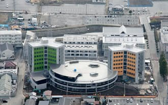 山梨学院大学は、新設の「国際リベラルアーツ学部」の講義棟、学生寮のために30億円超を投じた(山梨県甲府市)