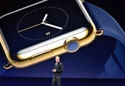腕時計型端末「アップルウオッチ」を説明するアップルのティム・クックCEO=9日、米サンフランシスコ(共同)