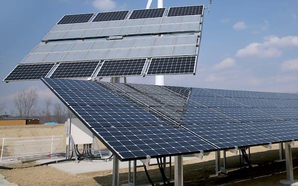 報道陣に公開された福島再生可能エネルギー研究所に設置された太陽光パネル(2014年3月25日、福島県郡山市)