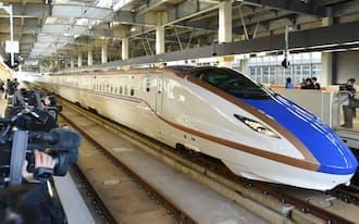 報道関係者向け試乗会のためJR金沢駅に入る北陸新幹線W7系