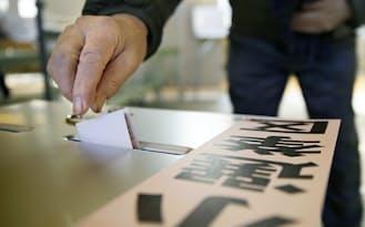 2014年12月14日、衆院選小選挙区に投票する有権者(大阪市内の投票所)