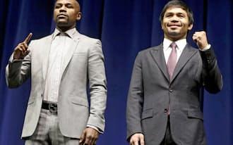 対戦が決まり、記者会見でポーズをとるフロイド・メイウェザー(左)とマニー・パッキャオ(11日、ロサンゼルス)=ロイター