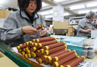 手作業で箱詰めされる線香(堺市堺区の梅栄堂)