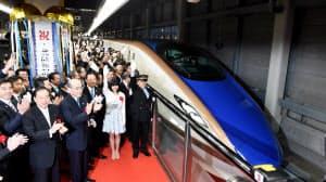 金沢駅を出発する北陸新幹線の一番列車「かがやき500号」(14日午前、金沢市)