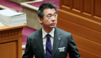 大阪都構想の協定書が可決し、議場を出る橋下市長(3月13日午後、大阪市役所)