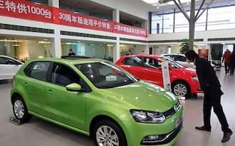 中国の新車市場は在庫が膨らみ、一部で値下げ競争も激しさを増している。(重慶市の上海VWの販売店で)