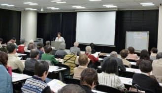 りすシステムの生前契約の説明会には多くの人が参加した(東京・千代田)