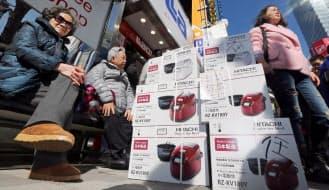 家電量販店で買い込んだ炊飯器を積み上げる中国人観光客(東京都千代田区)