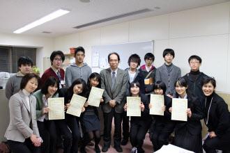 リケジョ応援プロジェクトで、認定証を受け取った学生たちと桑子敏雄教授ら(東京工業大リベラルアーツセンター提供)
