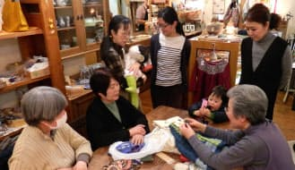 横浜市の「いのちの木」では編み物が世代を超えたコミュニティーづくりに一役