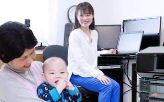 育児休業中にベビーシッターを利用して、在宅勤務をするパソナの沢藤さん(東京都中野区)