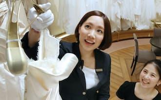 新入社員でブライダルを担当するプラン・ドゥ・シーの藤沢茜梨さん(左)=神戸市中央区