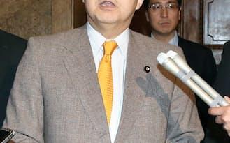 沖縄県が出した辺野古沿岸部での作業停止指示の効力を一時停止すると発表する林農相(30日午前、国会内)