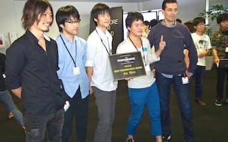 ファッションに関するアプリケーションをテーマにしたハッカソンで優勝した保坂さん(左から4人目)