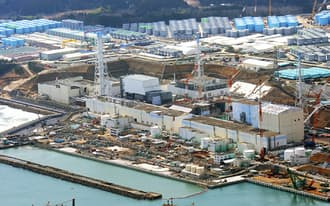 廃炉作業が続く東京電力福島第1原発。右から1号機、2号機、3号機、4号機。奥は汚染水を保管するタンク(2日)