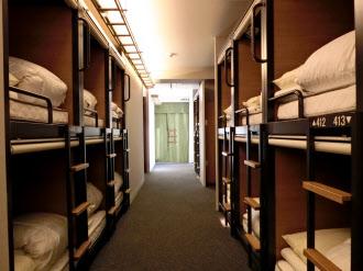 真新しい2段ベッドが並ぶゲストハウス「グリッズ秋葉原」。男女混合で使用する