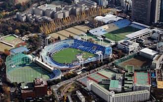 隣接して建つ(左から)神宮第二球場、神宮球場、秩父宮ラグビー場