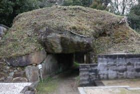 羨道のみがトンネル状に残った大窪・山畑7号墳(抜塚)=大阪府八尾市