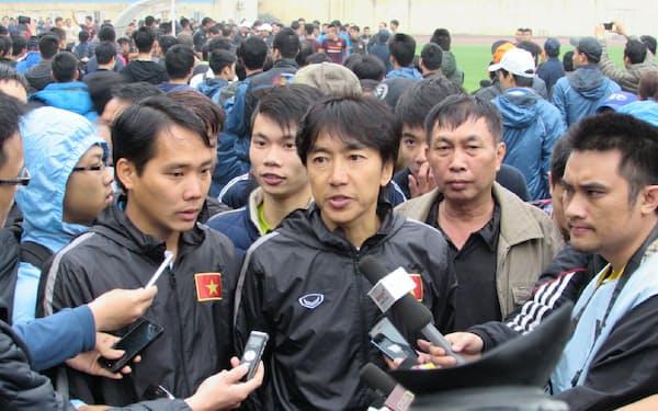 練習試合後、報道陣やファンに囲まれる(中央)