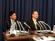 会見する楽天の三木谷浩史社長(左)と日本郵便の高橋亨社長
