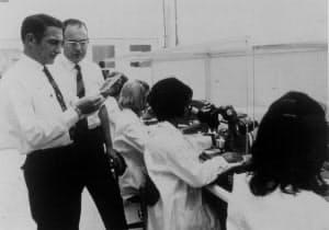 インテル創業直後に工場を視察するムーア氏(左から2人目)