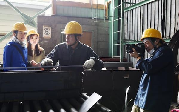 現場で作業を取材する大阪産業創造館の担当者ら(大阪市西区の溝西鐵鋼)