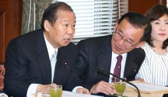 谷垣幹事長(中央)と二階総務会長(左)は中国とのパイプが太い(2月16日、国会内)