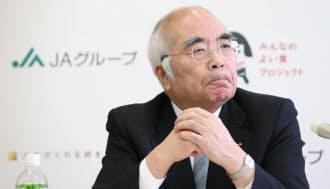 記者会見で辞任を表明するJA全中の万歳会長(9日午後、東京都千代田区)