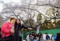 花見の名所では中国人の姿が目立った(2日、東京の上野公園)=共同