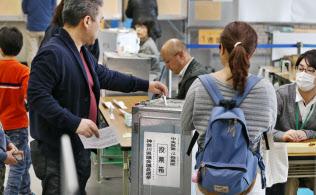 前回の統一地方選で投票する有権者(2015年4月、相模原市中央区)