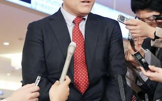 帰国し、記者の質問に答える産経新聞の加藤達也前ソウル支局長(14日午後、羽田空港)