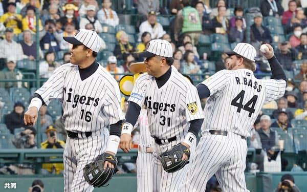 「バックスクリーン3連発」から30年。巨人戦の始球式に登場した(左から)岡田彰布さん、掛布雅之さん、ランディ・バースさん(17日、甲子園球場)=共同